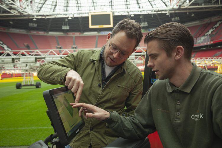 Zelfs de grasmaaiers van de Johan Cruijff Arena hebben sensoren die de kwaliteit van de mat meten.