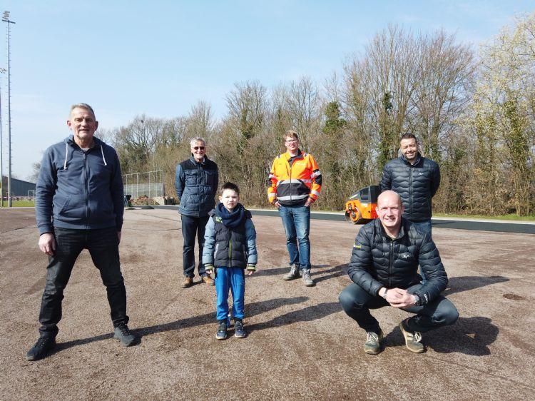 Achter: Hans Jansen, Barend Wouters (gemeente Barneveld) en Rutger Schuijffel (CSCsport•Greenfields). Voor: Dirk van Manen (vv Barneveld), Fabian (toekomstig gebruiker van het veld) en Kees ten Cate (CSCsport•Greenfields)
