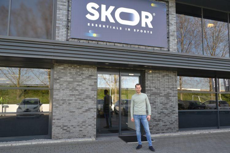 Jeffrey Jonkman voor het pand van SKOR in Almelo