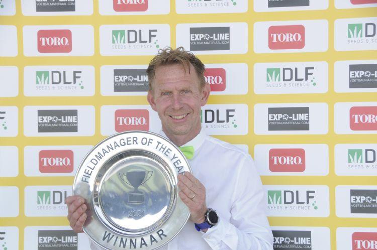 Nico van Eerden ontvangt de Fieldmanager of the Year-award.