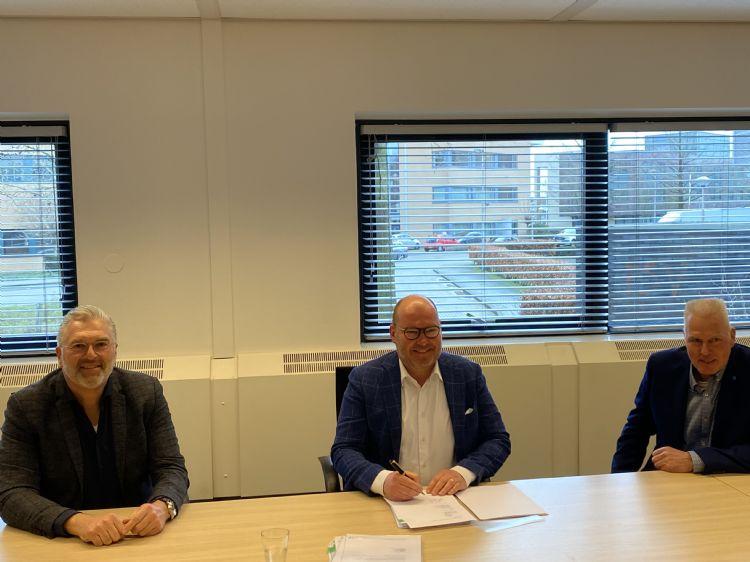 Tekenen van het contract door Goof Rijndorp, Olaf Janssen en Kees Ploeg