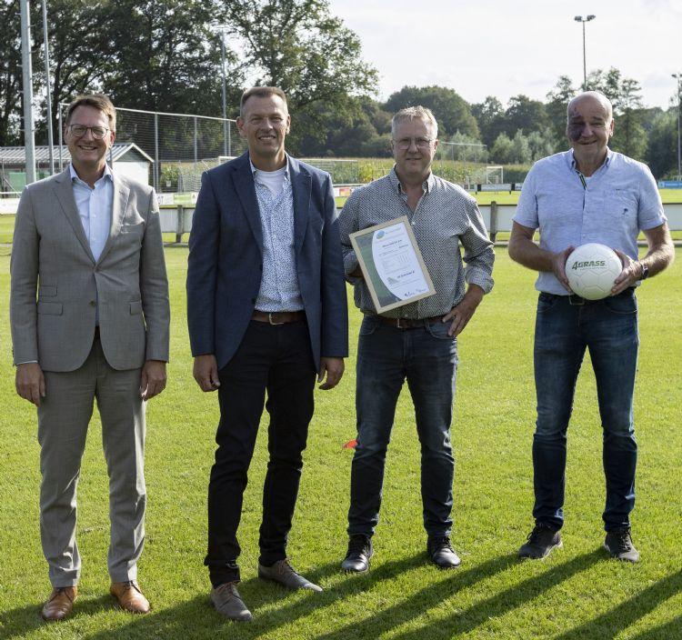Bestuurders tijdens opening van het nieuwe hybride veld bij TVO Beckum. Van links naar rechts: Claudio Bruggink (wethouder gemeente Hengelo), Jacco Meijerhof (directeur Hofmeijer), John Frongink (voorzitter TVO-voetbal) en Eric Pelle (voorzitter omnivereniging TVO).